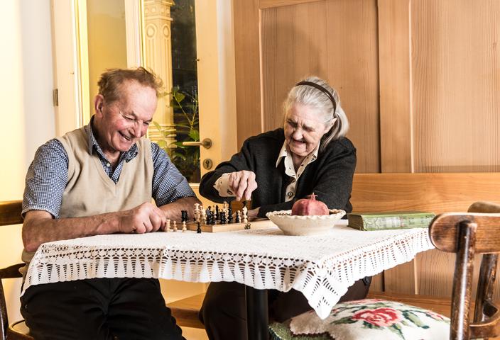 alte-leute-beim-schach-spielen